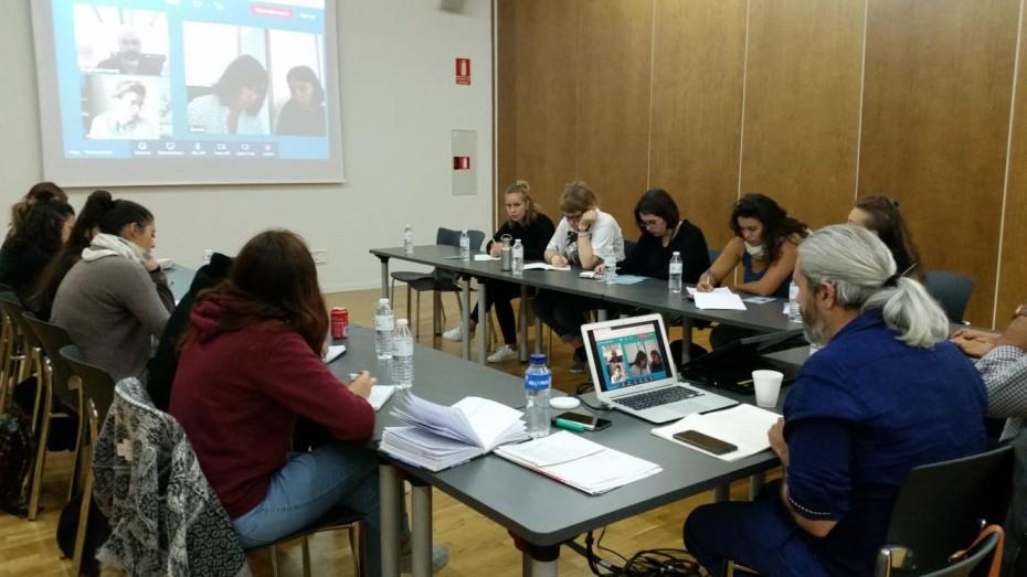 A la imatge, un moment de la reunió. S'hi poden veure els membres del comitè de coordinació així com estudiants de la llicenciatura de circ i dansa de la Universitat Jan Jaures de Toulouse.