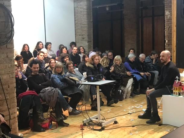 L'intèrpret de la Conferència Espectacular comentant l'espectacle amb el públic de Reus